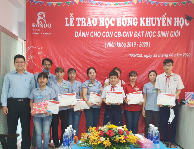 Ông Lê Kim Tú – GĐ Điều Hành trao phần quà và bằng khen học bổng khuyến học