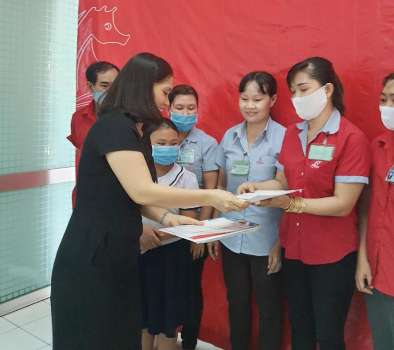 Bà Nguyễn Thị Bình  - Kế Toán Trưởng trao phần quà và bằng khen học bổng khuyến học