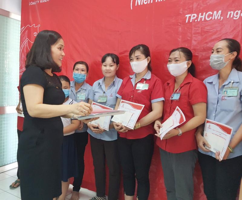 Bà Nguyễn Thị Bình  - Kế Toán Trưởng trao phần quà và bằng khen học bổng