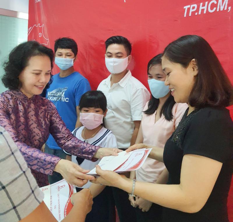 Bà Đoàn Thị Phương trao phần quà và bằng khen