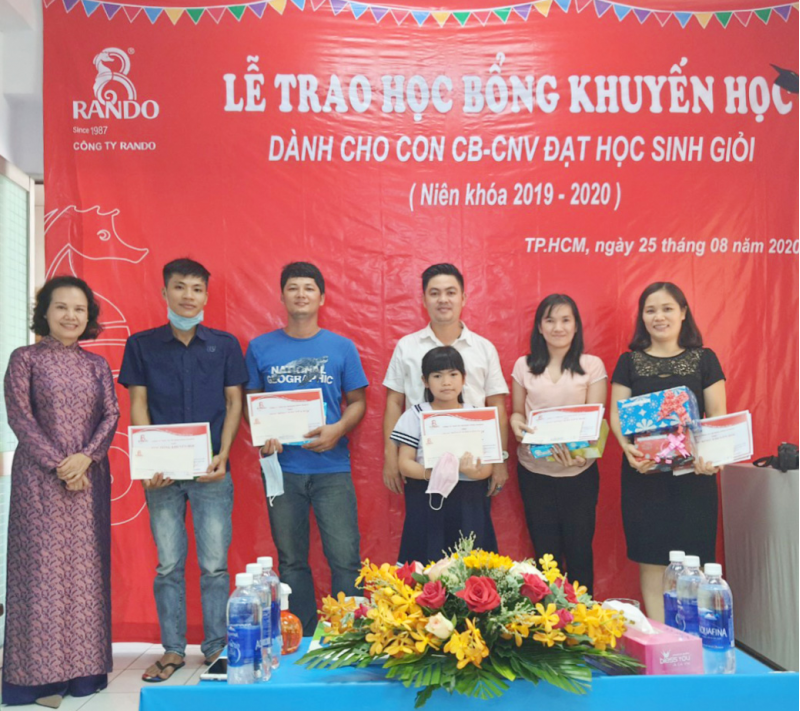 Bà Đoàn Thị Phượng - Phó chủ tịch HĐTV trao phần quà và bằng khen học bổng khuyến học