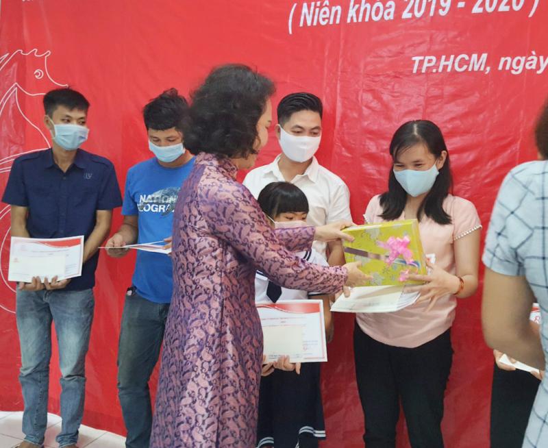 Bà Đoàn Thị Phương trao phần quà và bằng khen học bổng
